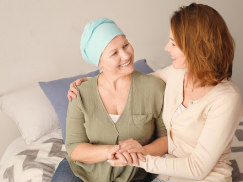 Idosos com câncer precisam seguir com tratamento durante a pandemia
